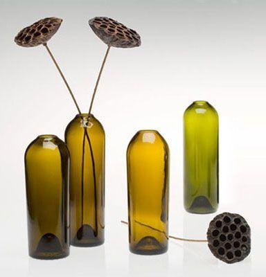Вазы из стеклянных бутылок из-под вина Фото