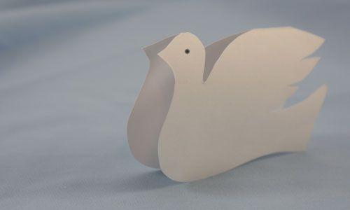 Бумажный сложенный голубь Фото
