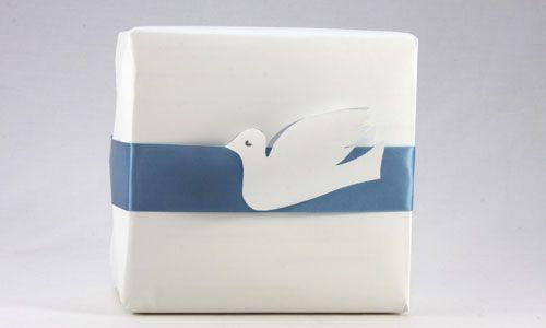 Второй вариант украшения подарка бумажным голубем
