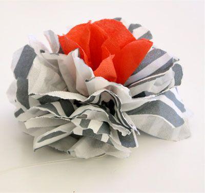 Фотография цветка из полосатых салфеток