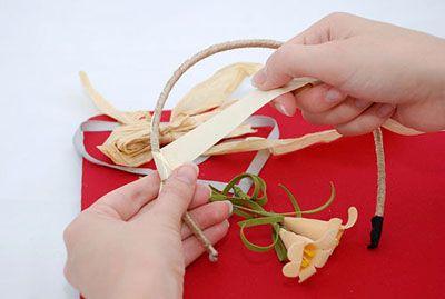 На получившийся ободок приделываем ленточки и цветы фото
