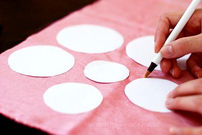 Накладываем на ткань и обводим ручкой фото