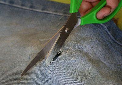 Разрезаем джинсы ножницами фото