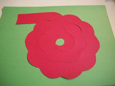 Наклеиваем цветную бумагу на нашу вырезаную и разрезаную композицию фото