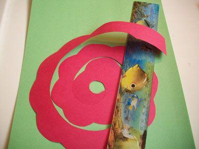 Закругляем будущий цветок из бумаги линейкой фото