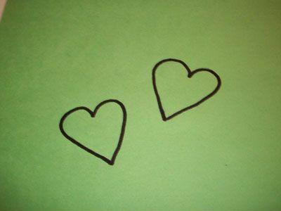 Вырезаем сердечки из зеленой бумаги фото