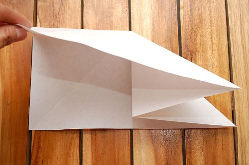 Загните правый верхний угол, как показано Фото