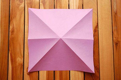 Сложите бумагу пополам и по диагонали Фото