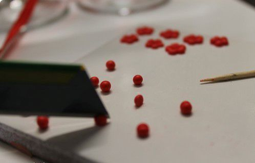 Разрезаем шарики острым ножом Фото