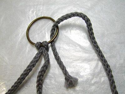 Заводим второй конец шнура в кольцо Фото