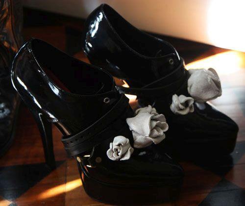 Цветы на туфлях Фото
