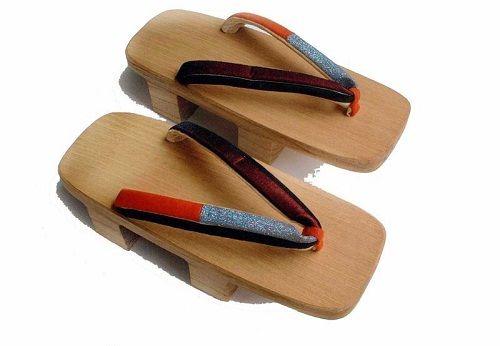 японские деревянные сандалии фото