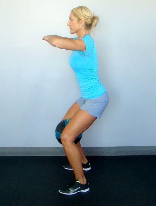 упражнения на приседания с мячом фото