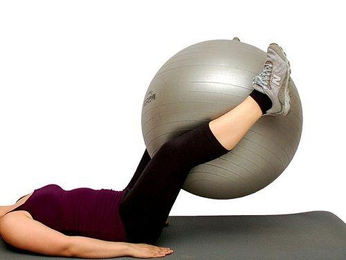 упражнение с мячом для внутренней поверхности бедер фото