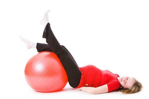 упражнение на подъем ног на фитболе фото