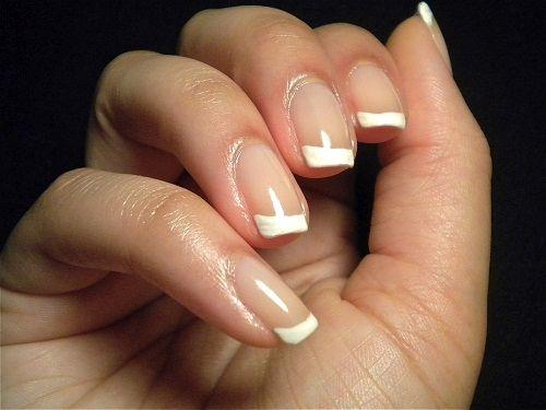 классический белый френчна нарощенных ногтях фото