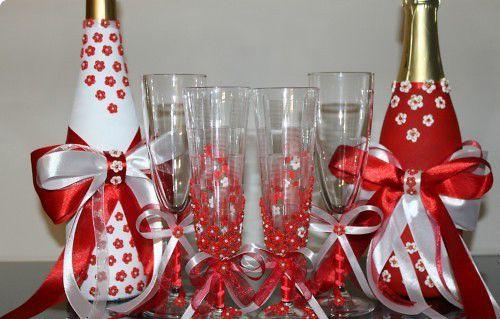 Декорированные бокалы и бутылки Фото