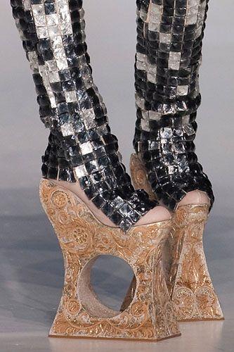 Очень своеобразные туфли на каблуках Фото