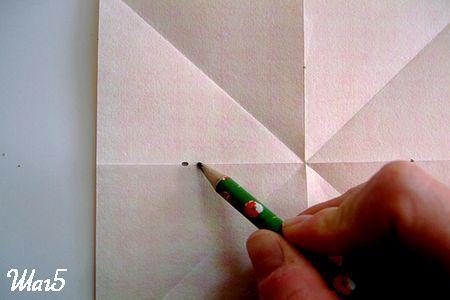 Отмечаем середину линии изгиба бумаги фото