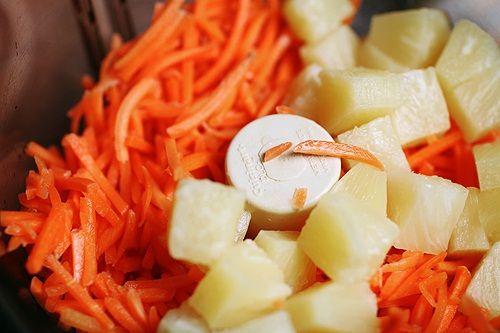 измельчаем морковь и ананас фото